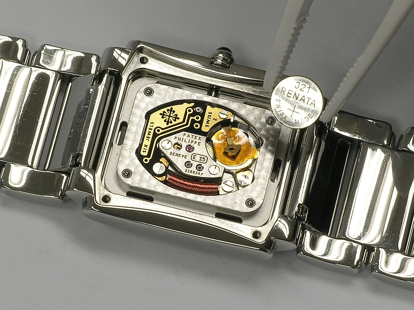 Thay pin đồng hồ Watchcare